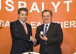 El presidente de Hispalyt, José Félix Ortiz, fue el encargado de entregar el Ladrillo de Oro al Consejero de Ordenación del Territorio y Vivienda de la Junta de Comunidades de Castilla-La Mancha, Julián Sánchez Pingarrón